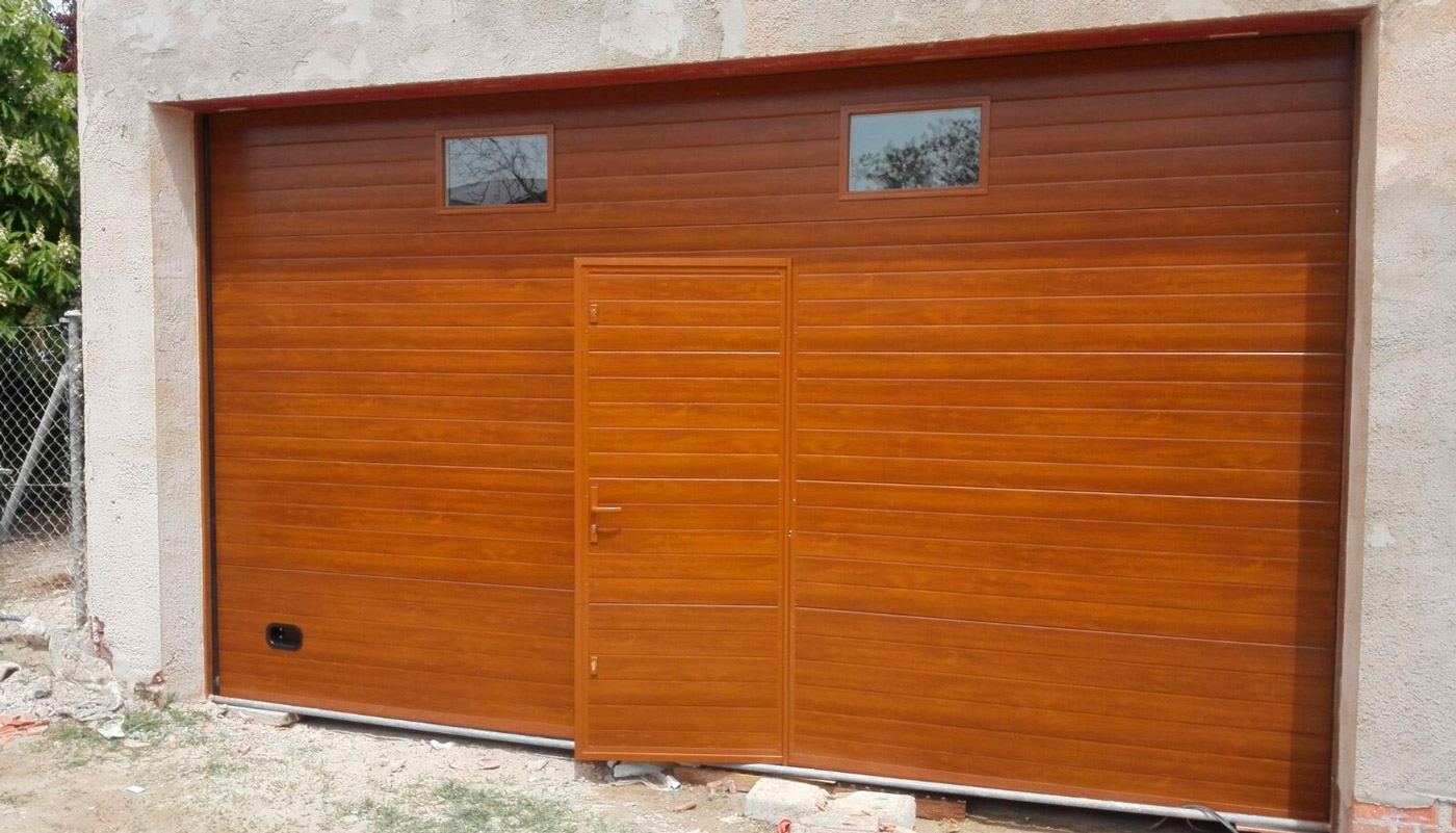 Puerta de garaje seccional imitación madera