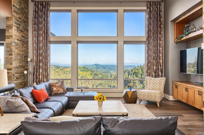Decorado de salón moderno con ventanas de PVC