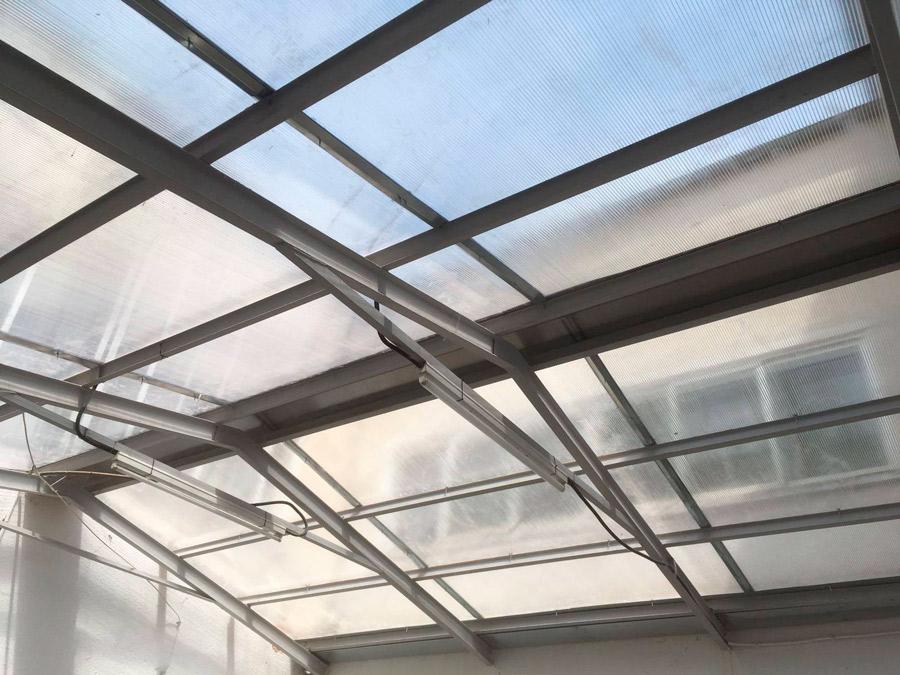 Tejado con estructura de hierro de policarbonato